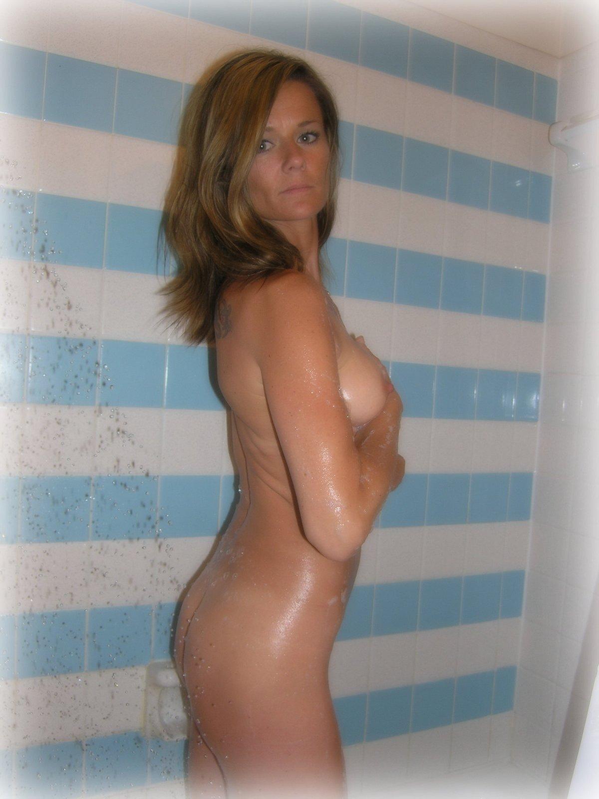 Красивая милфа обожает показывать голое тело по выходным