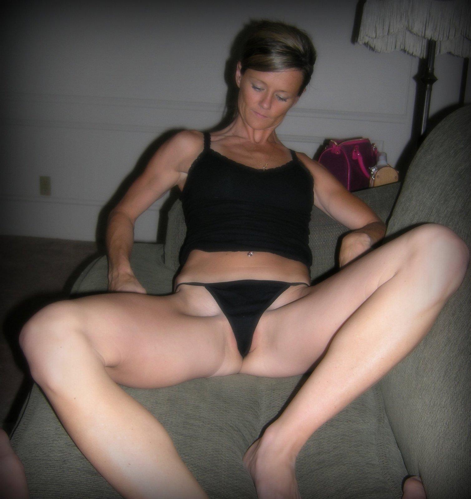 Изящная тетка желает похвастать обнаженные дойки по выходным