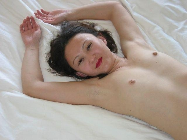 Азиатская милфа онанирует письку по выходным секс фото