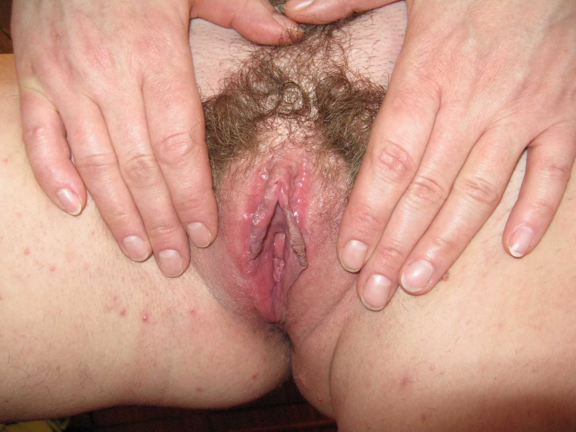 Возрастная шлюха хвастается мохнатой вагиной в свободное время