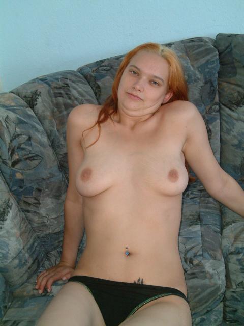 Рыженькая баба на софе мастурбирует в стрингах