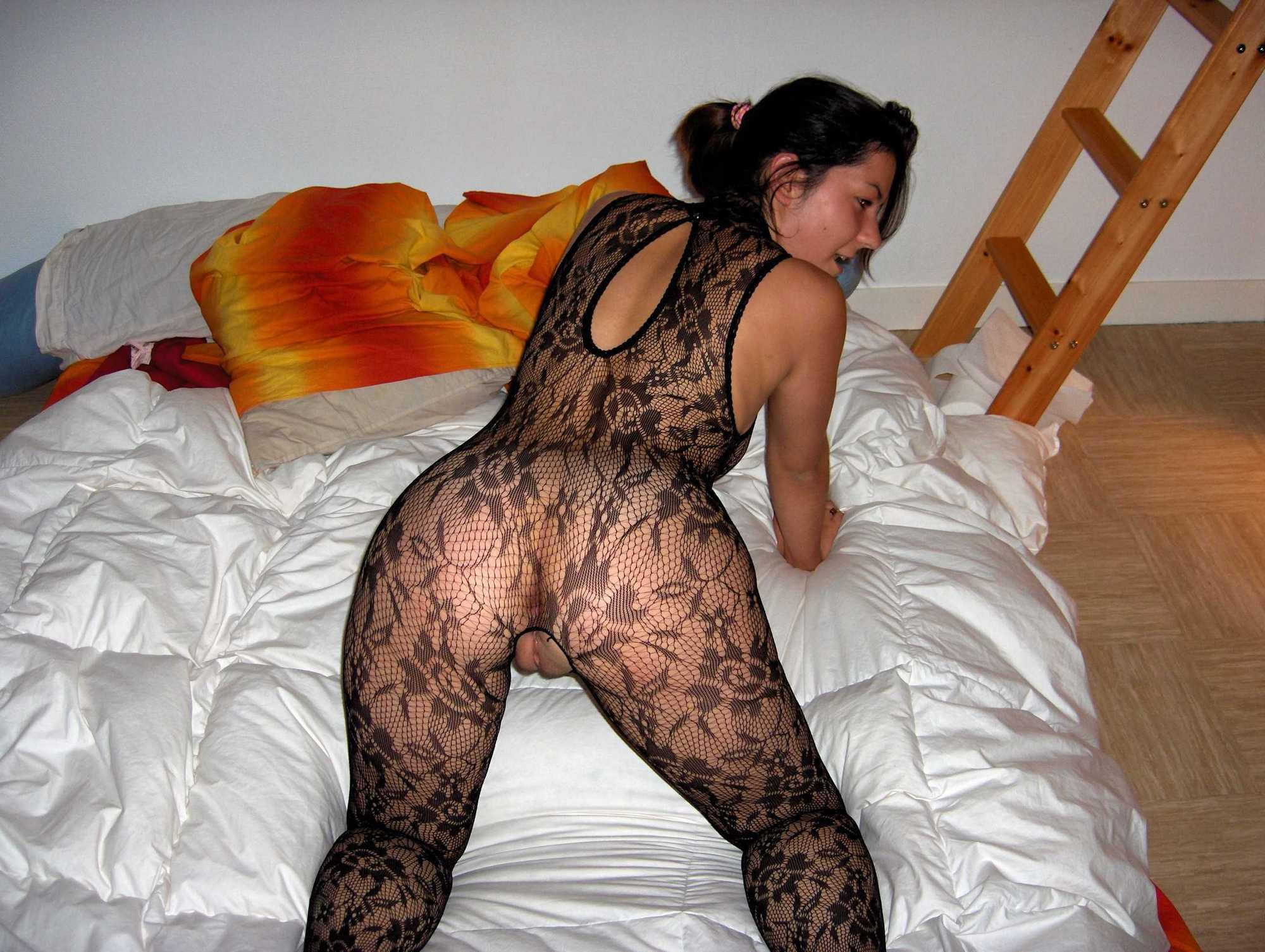 Полненькая сучка надела бодистокинг и легла на кровать