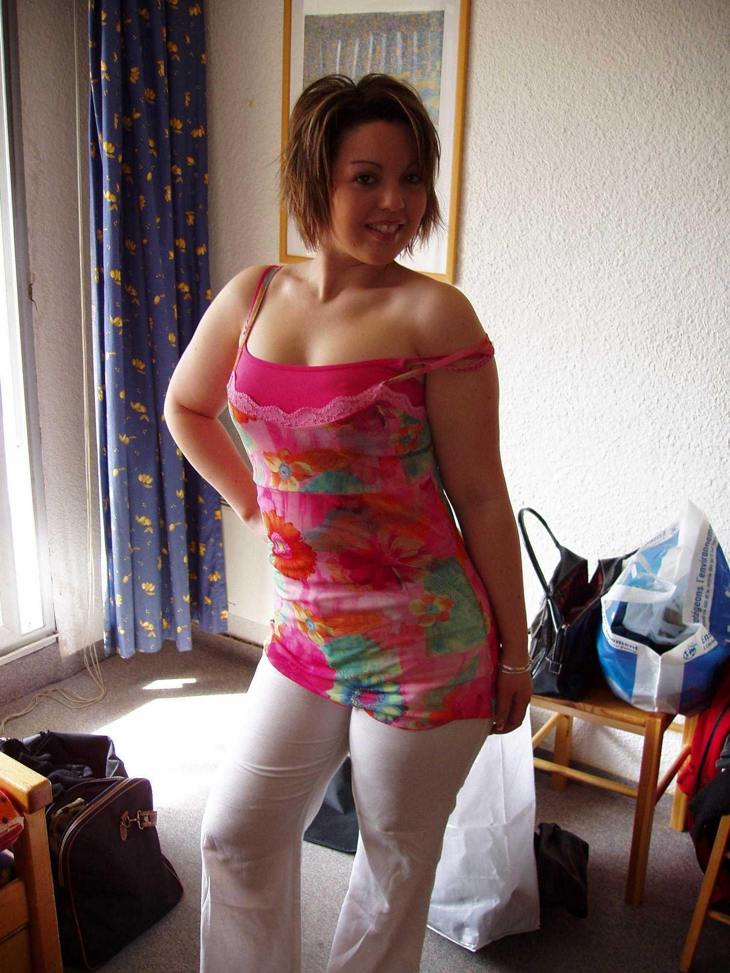 Деваха в нижнем белье позирует у себя дома