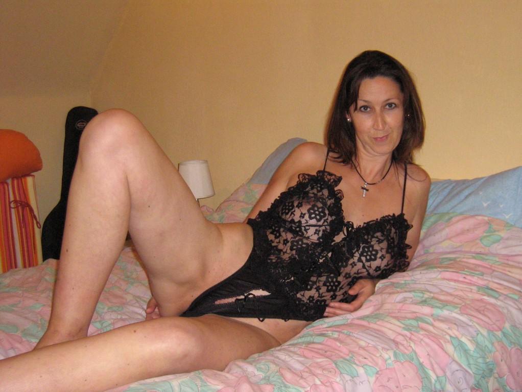 Женщина в чулках на диване светит голой промежностью
