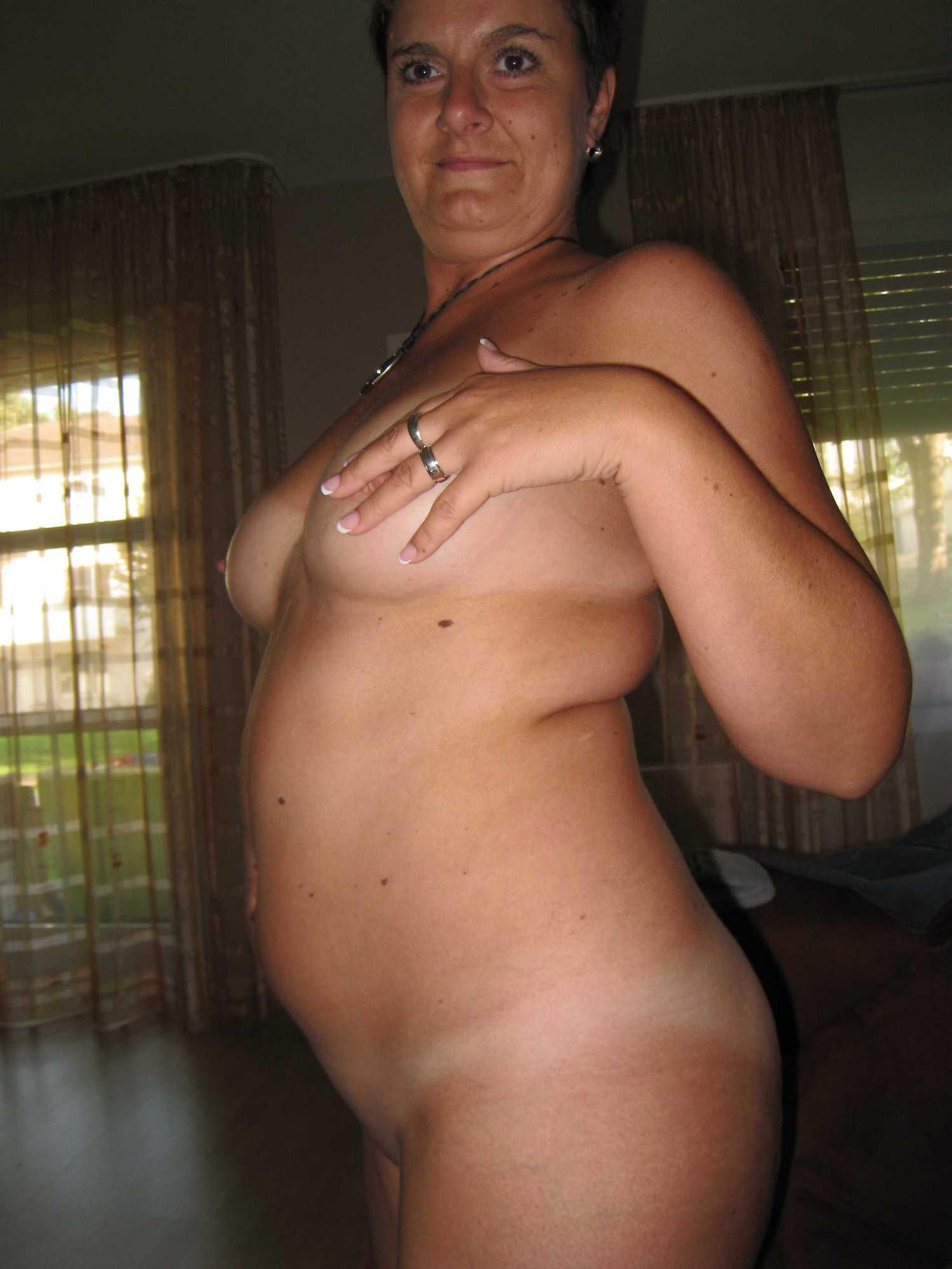 Возбужденная женщина дома мастурбирует манду черным дилдо