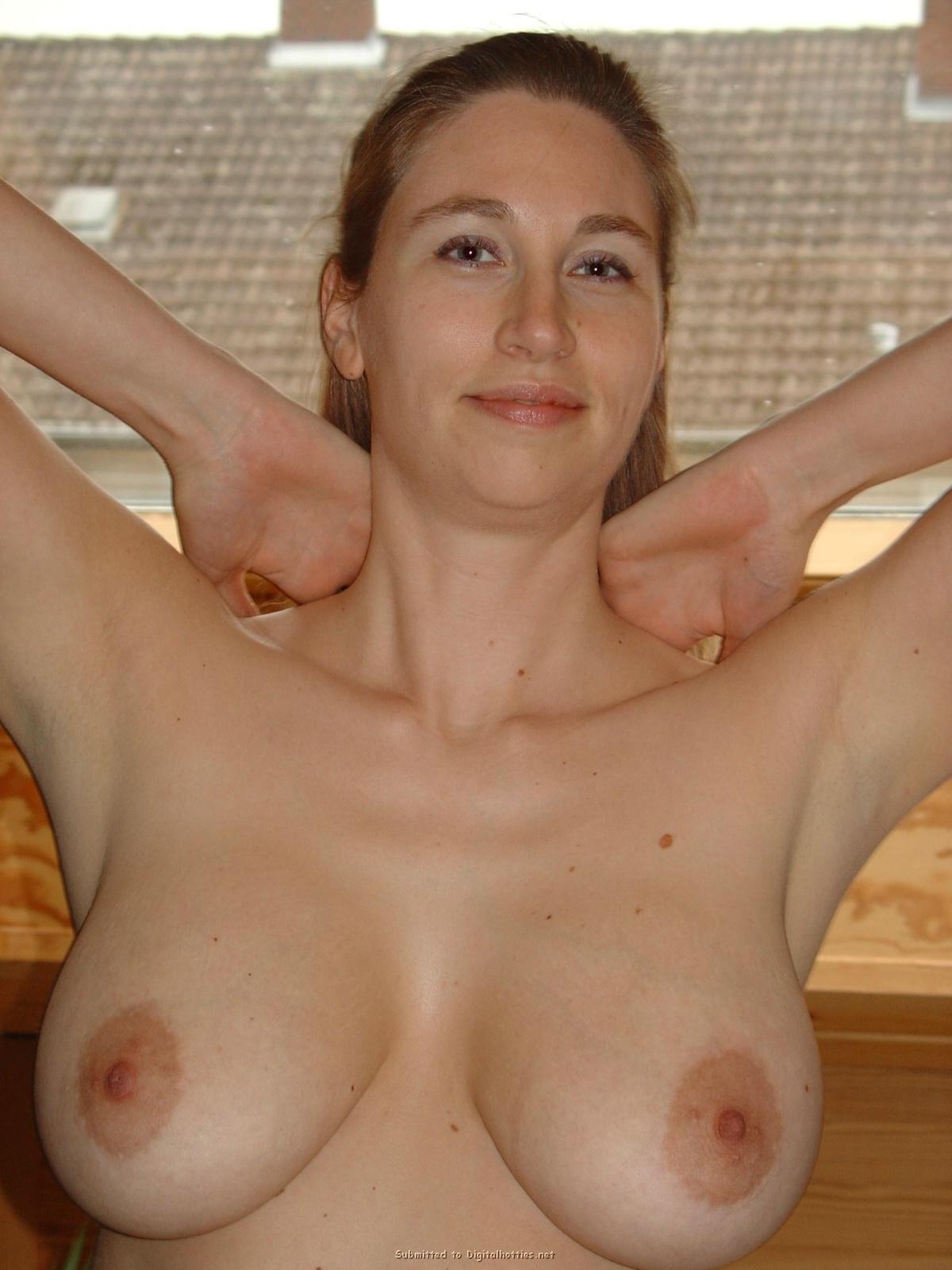 Женщина светит большой грудью в мансарде