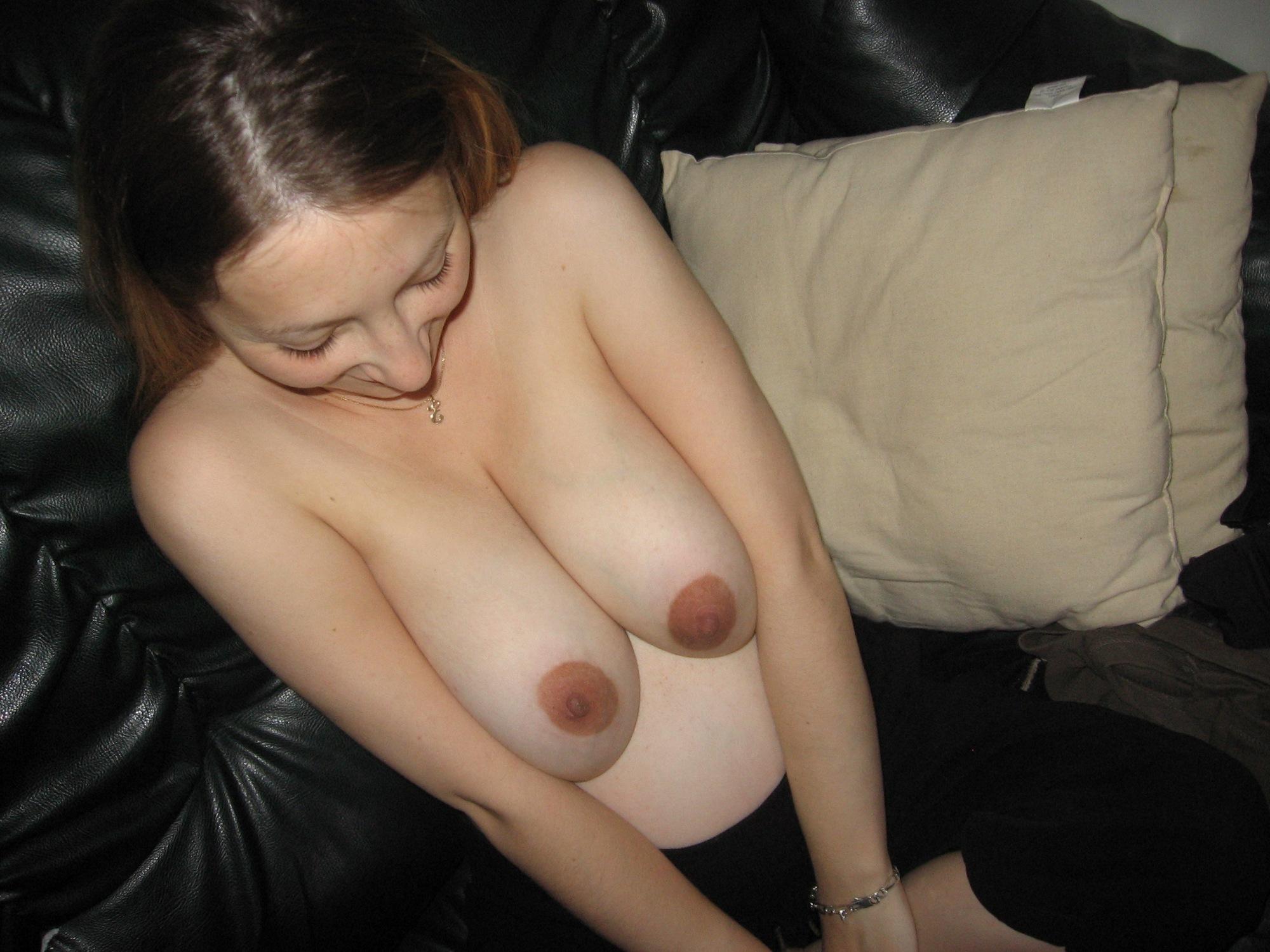 В декрете беременная сучка регулярно светит большими дойками