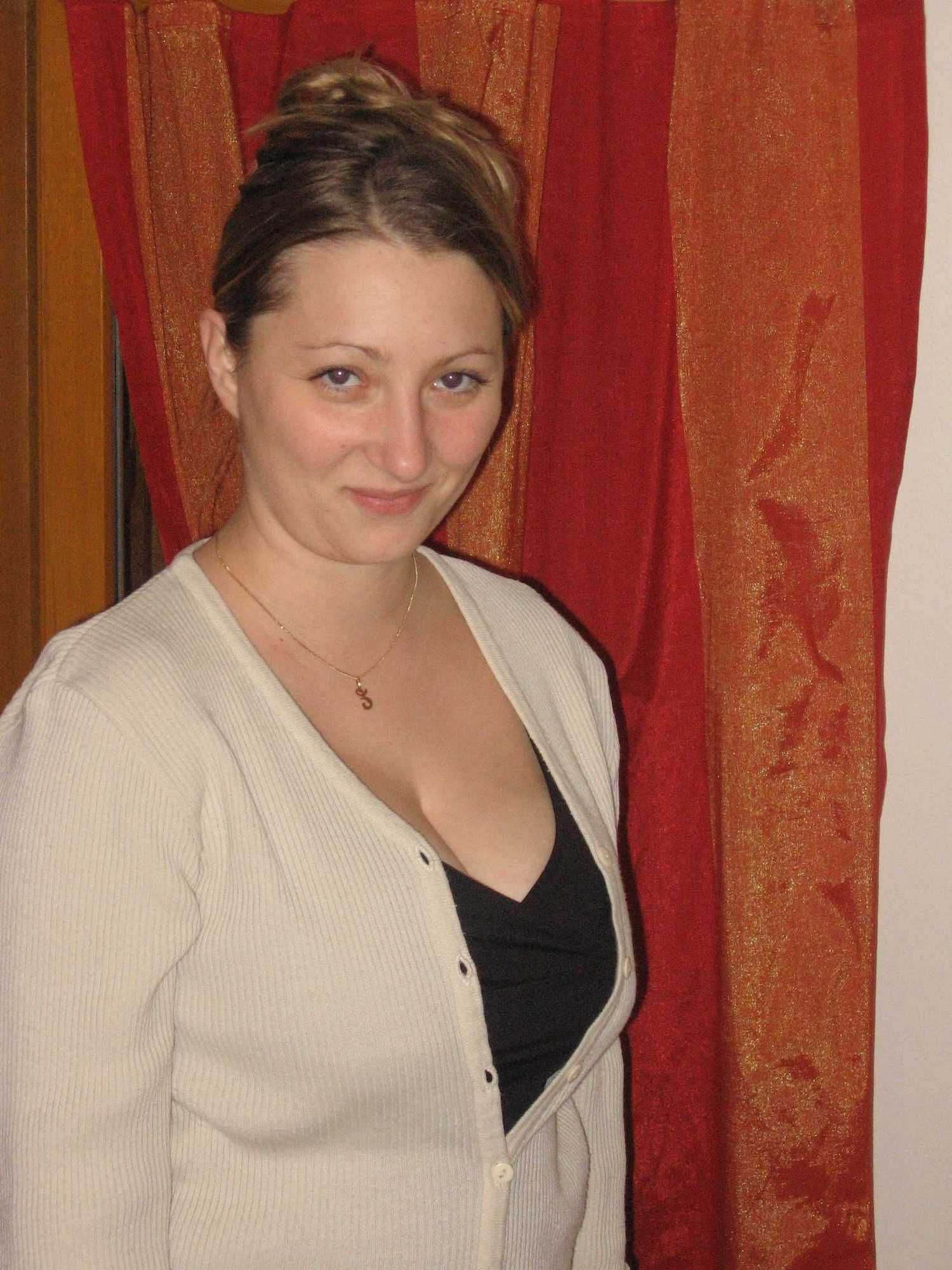 У себя в квартире длинноволосая искусница блистает крупными бидонами секс фото