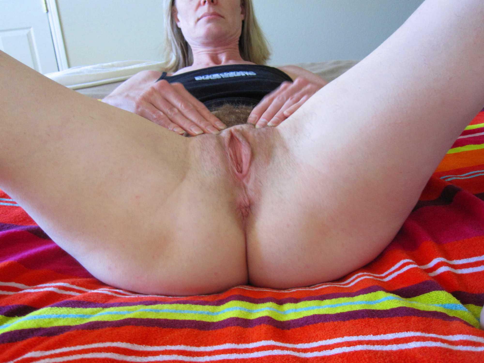 В койке зрелая пошлячка бахвалится лохматой писькой секс фото