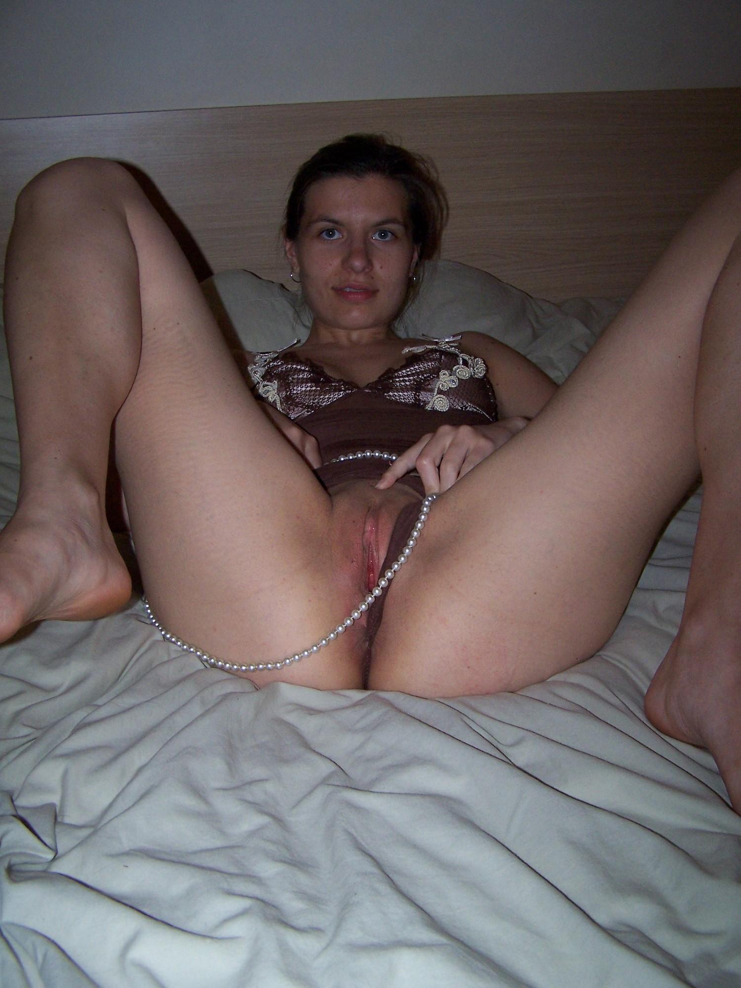 Лежа на лежанке чика обнажает половые губы секс фото