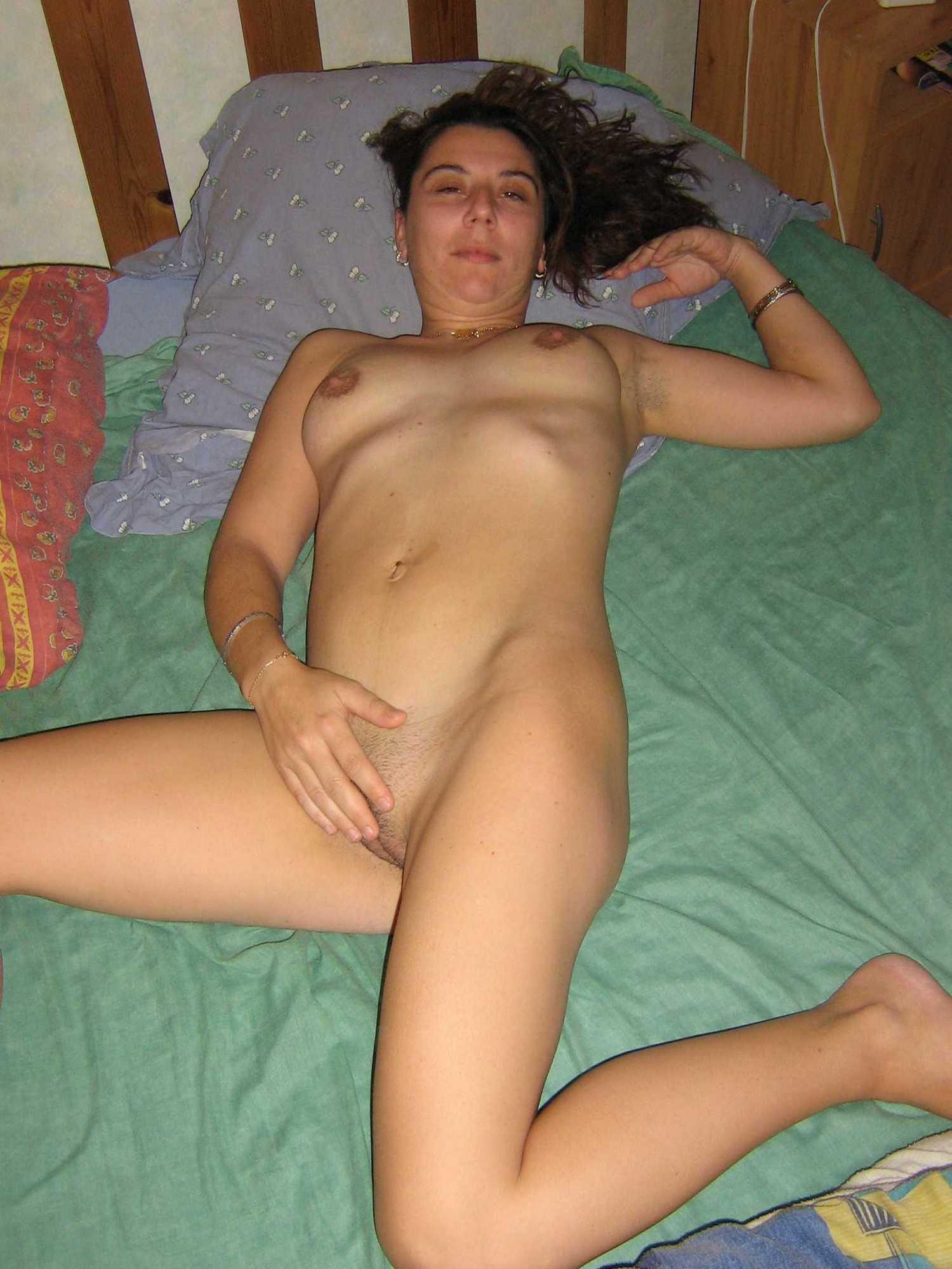 Тридцатишестилетняя зазноба мастурбирует мохнатку лежа на кровати