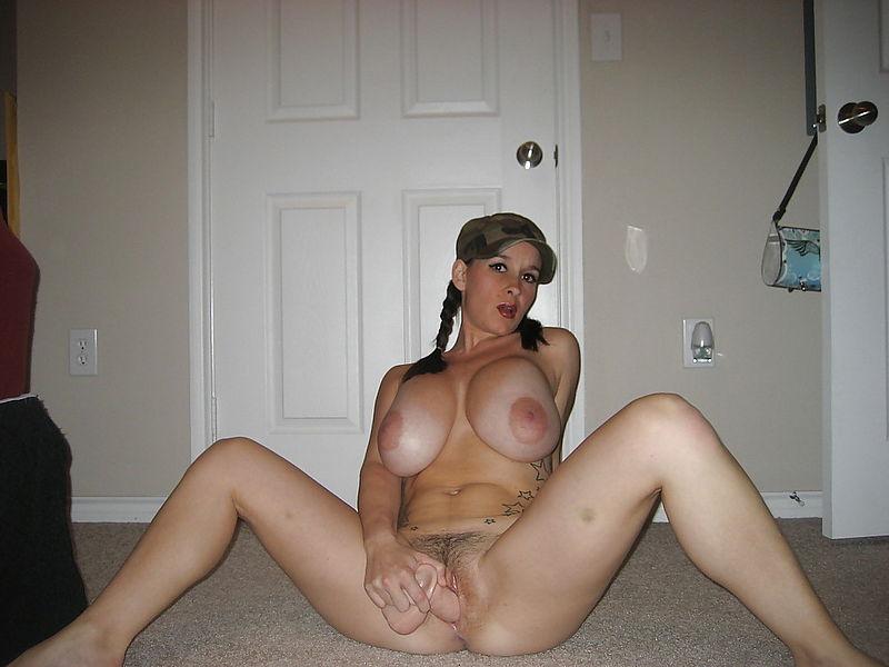 Брюнетка с большими буферами мастурбирует сидя на полу