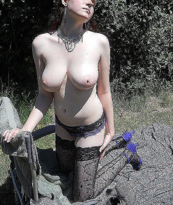 Классная шлюха на поляне показывает отличные дойки