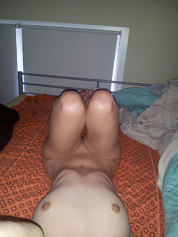 Юная сучка у себя в квартире делает интимные селфи