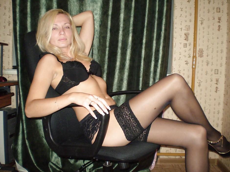 Модель со свелыми волосами удовлетворяет себя лежа на диване смотреть эротику