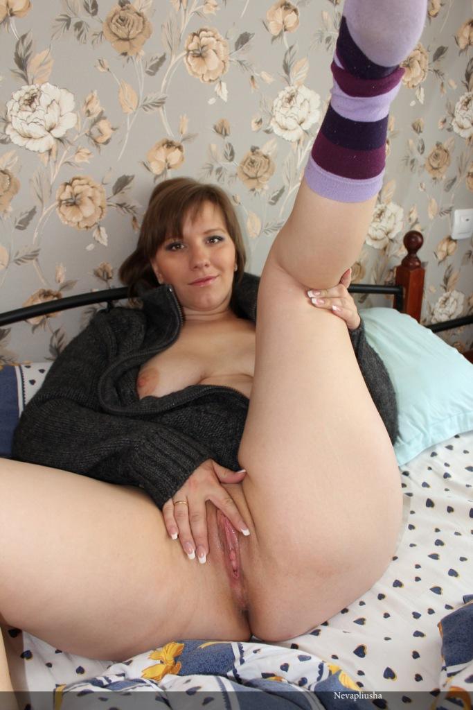 32 Летняя баловница в кровати светит попой секс фото