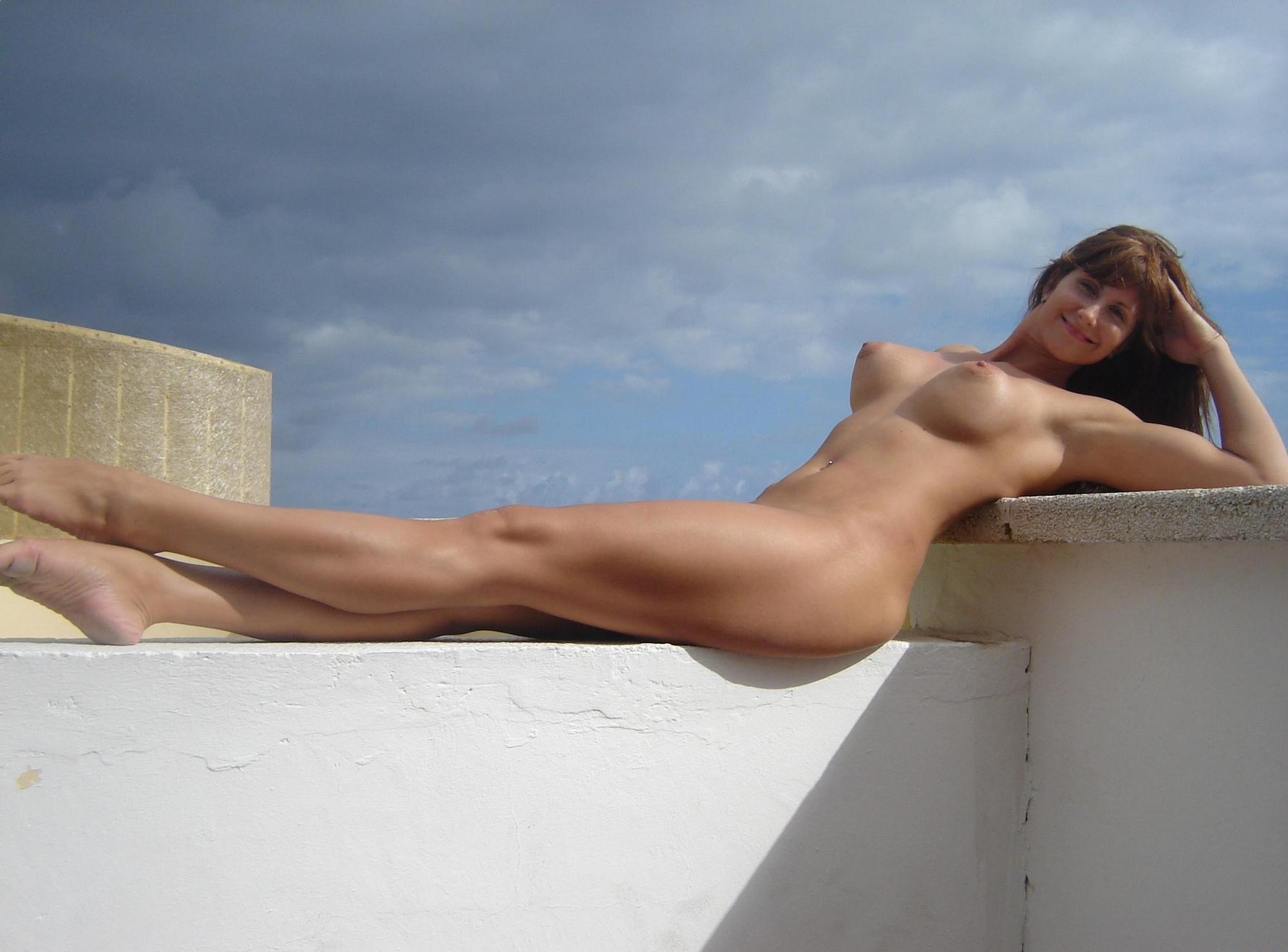 Голая стриптизерша вышла на крышу отеля