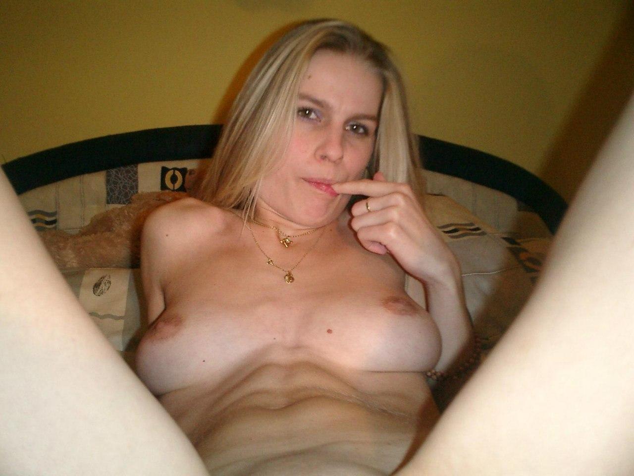 Блонда в белых трусах раздвигает ножки на кровати