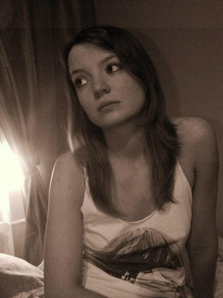 Восемнадцатилетняя фифочка на кухне играется в нижнем белье
