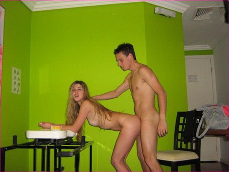 Юнец имеет молодуху у нее в квартире