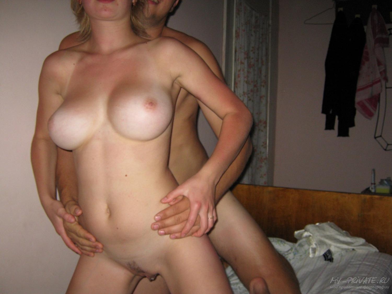 Титястая вертихвостка занимается сексом с чуваком на кровати