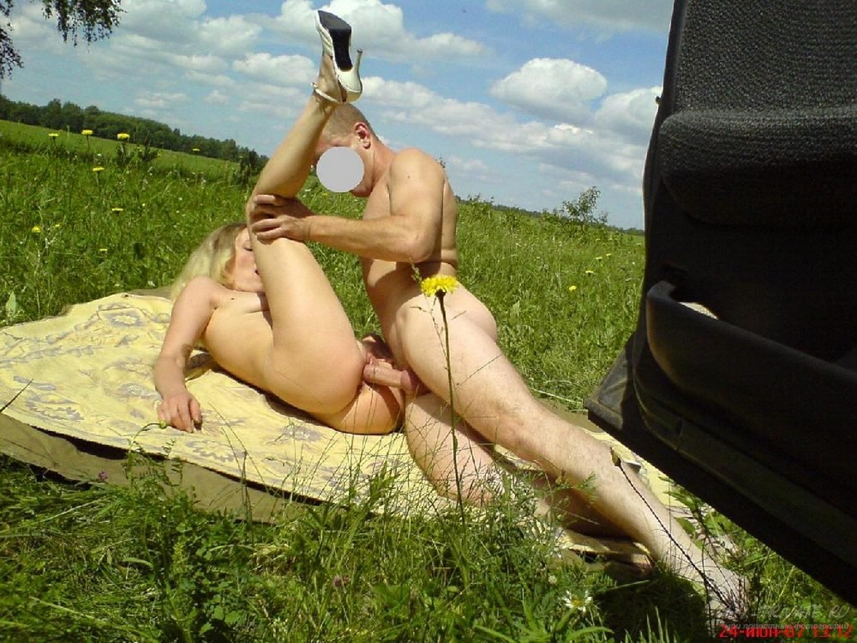 Голая парочка занимается любовью на природе
