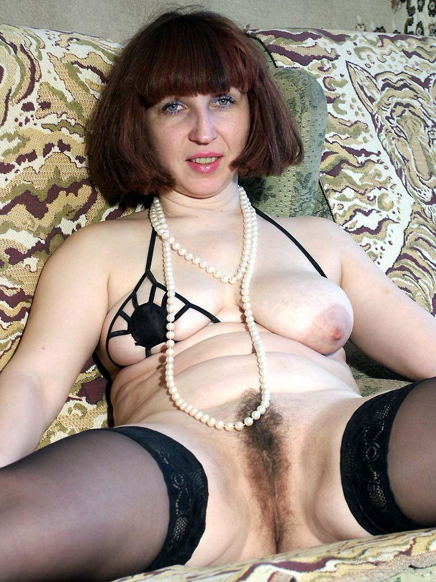 Мамаша блистает мохнаткой сидя на диване секс фото