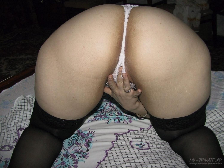 Рыженькая сучка в своей квартире занимается сексом втроем