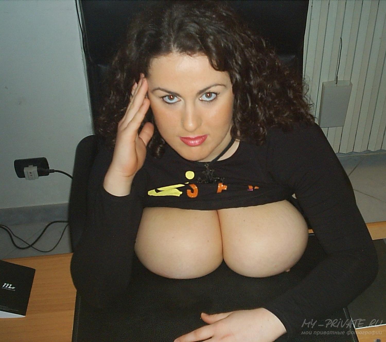 Пышная бухгалтерша светит писькой на рабочем месте секс фото