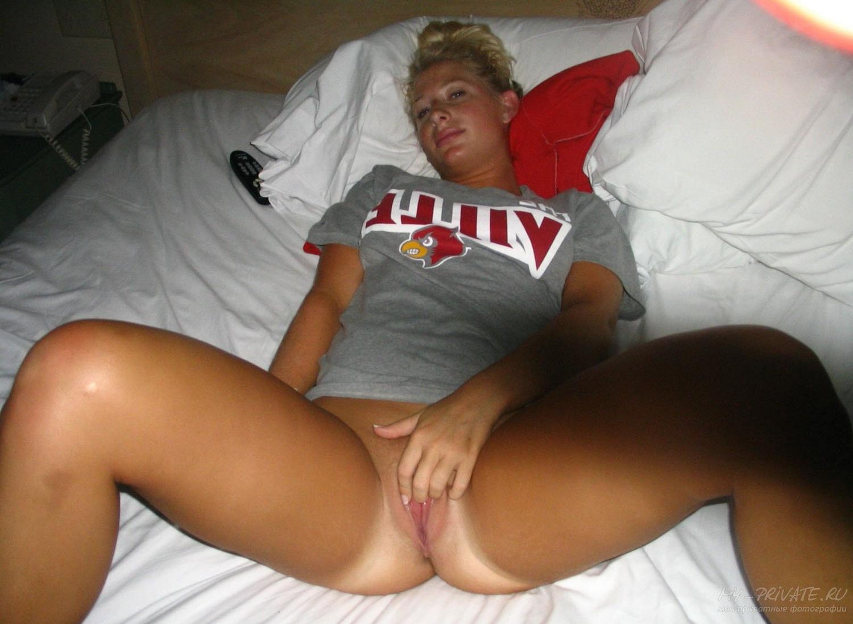 Блондинка делает качественный минет в спальне