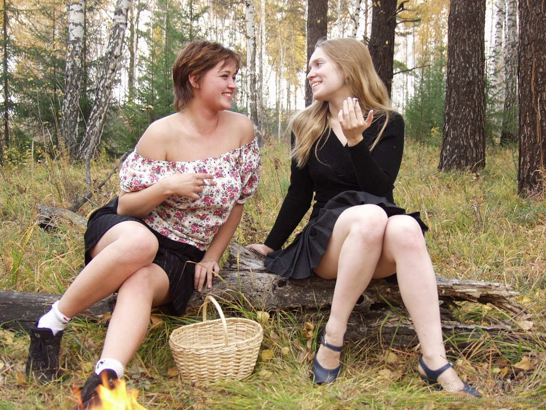Две барышни блистают раздетыми письками на свежем воздухе секс фото