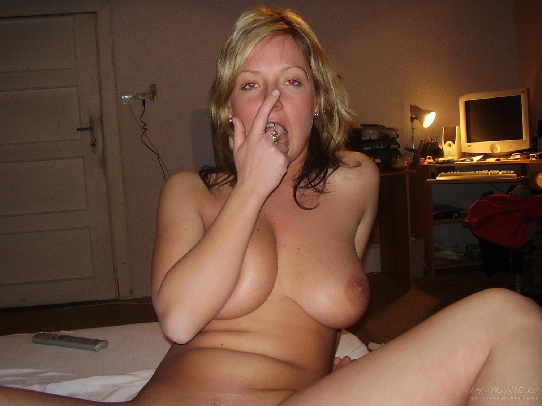 Мамочка с огромными сиськами у себя дома фотографируется нагишом