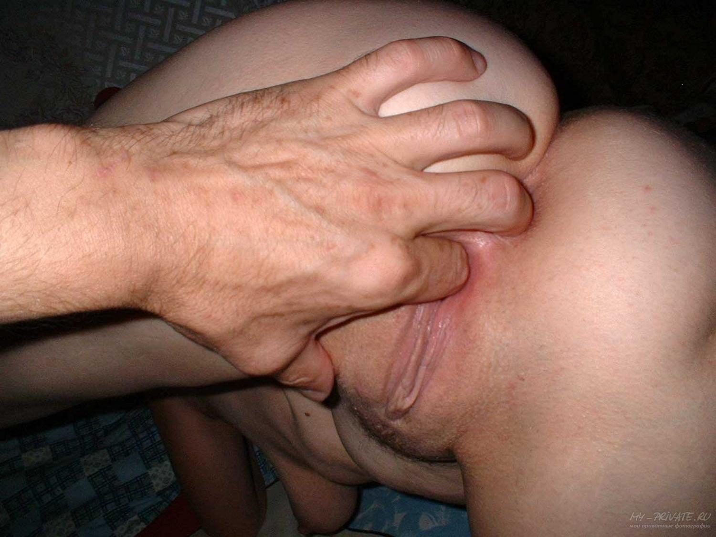 Взрослая баба на кровати сосет мужу