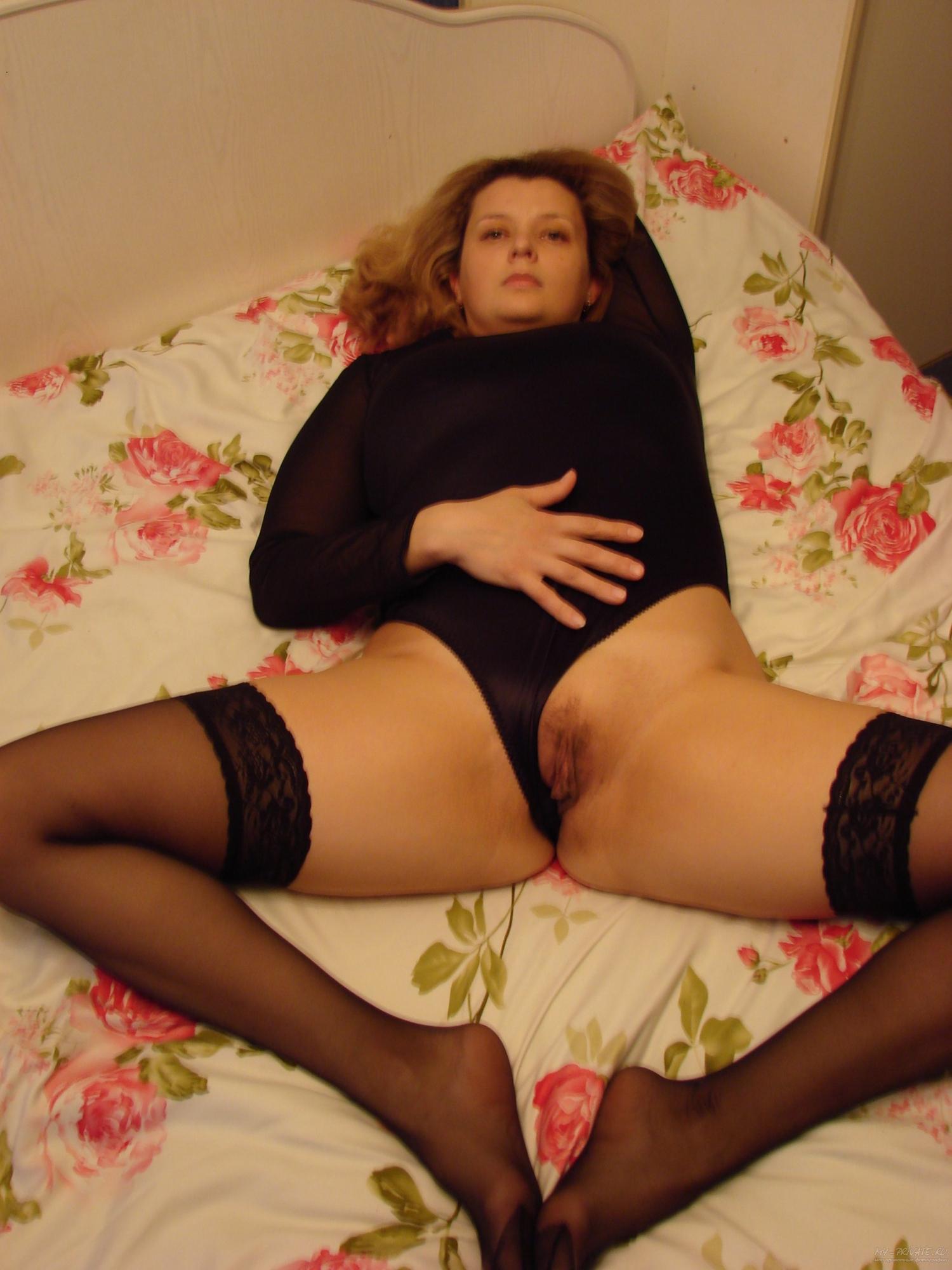 Мадам на кроватке забавляется со своей киской