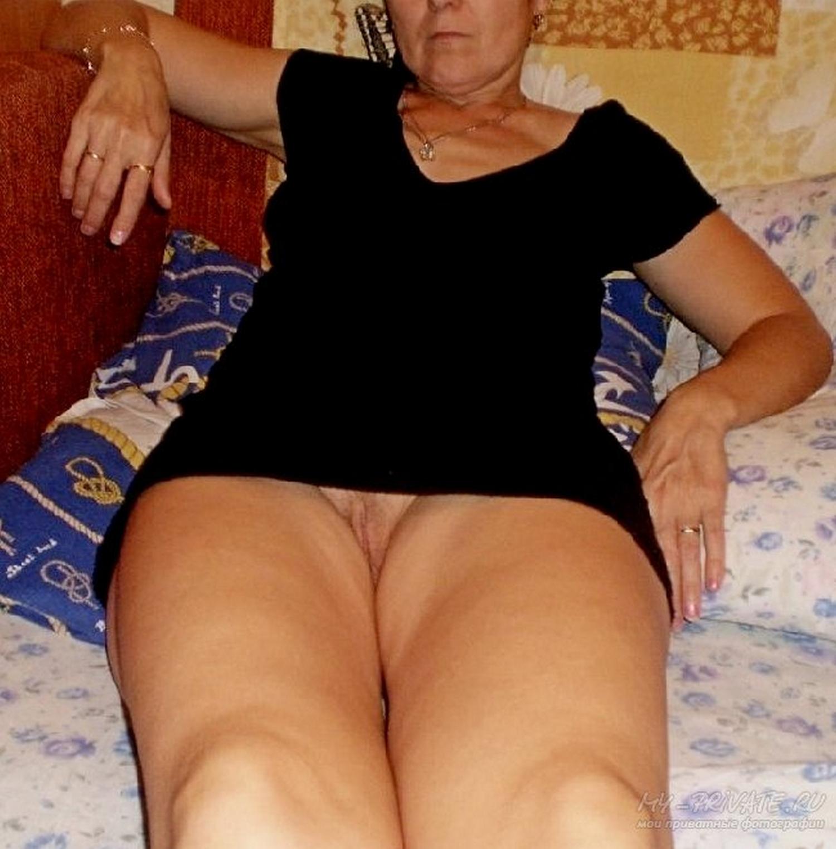 В свободное время баловница оголяет промежность не снимая юбке