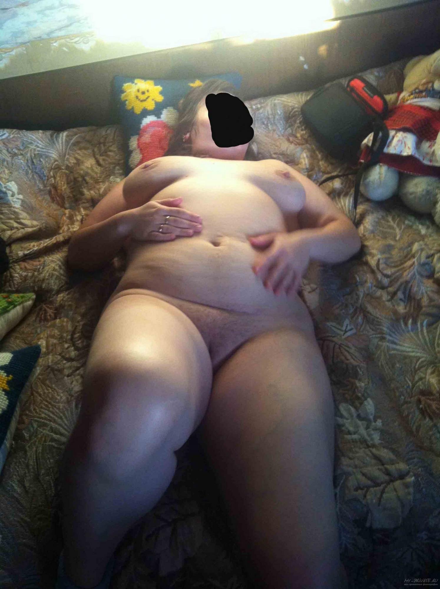 Полненькая чика блистает выбритой вагиной в домашних условиях