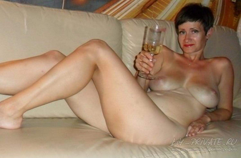 Сорокалетняя пошлячка голышом позирует в саду секс фото