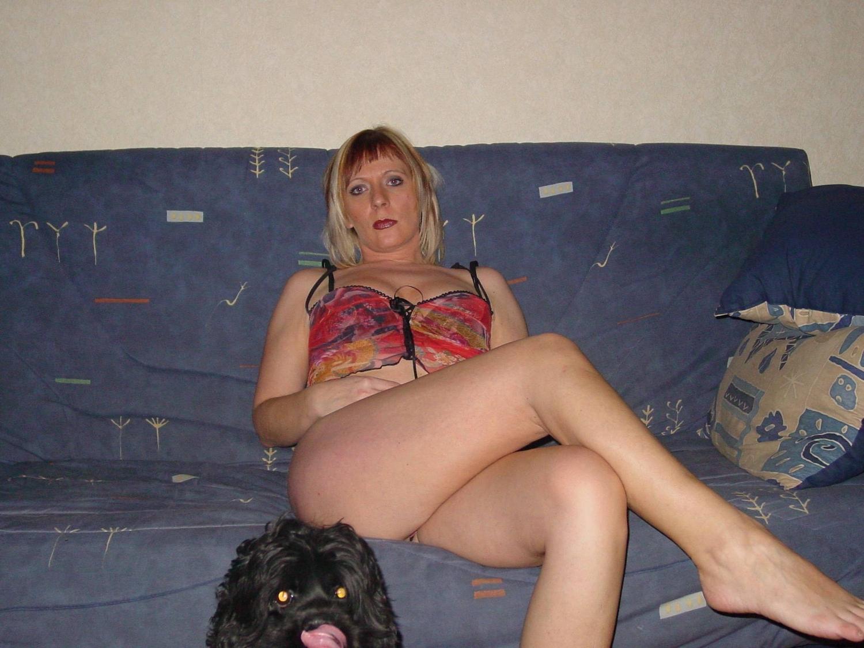 Голая мамочка свети гладкой мандой на полу секс фото