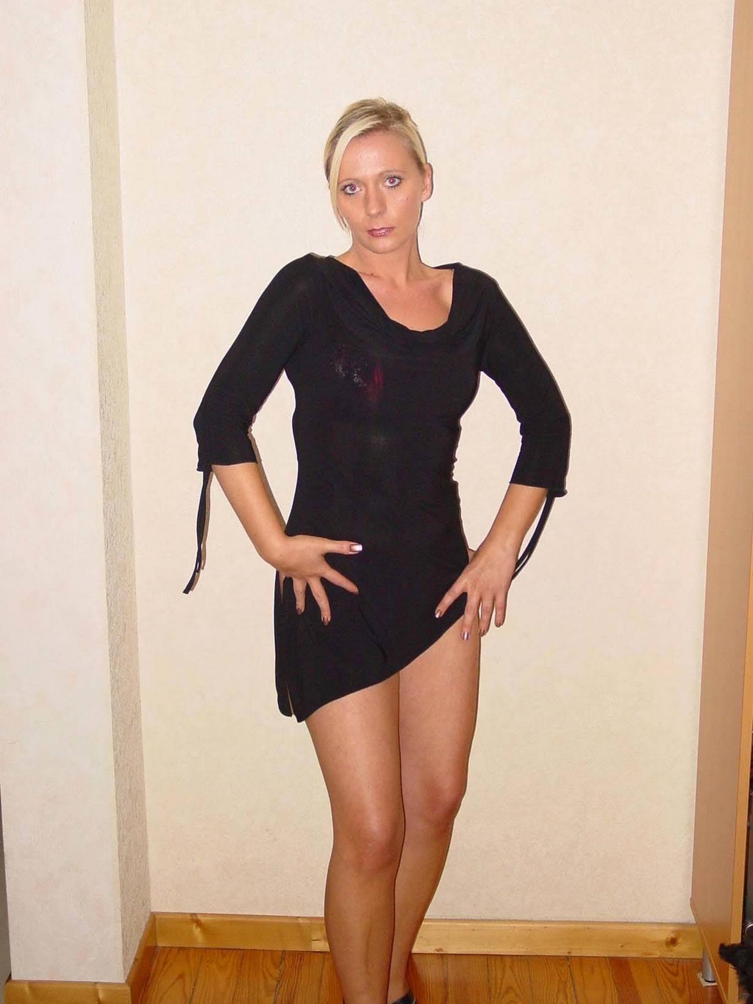 Тридцатисемилетняя блондиночка без трусиков красуется на столе