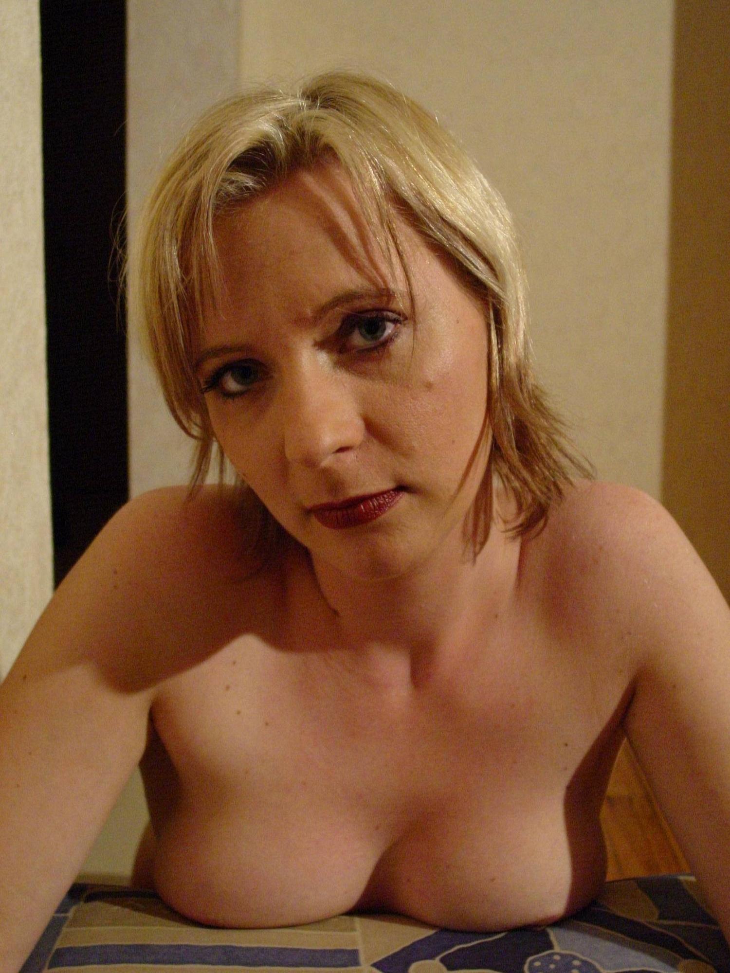 Марта дома мастурбирует в эротическом белье
