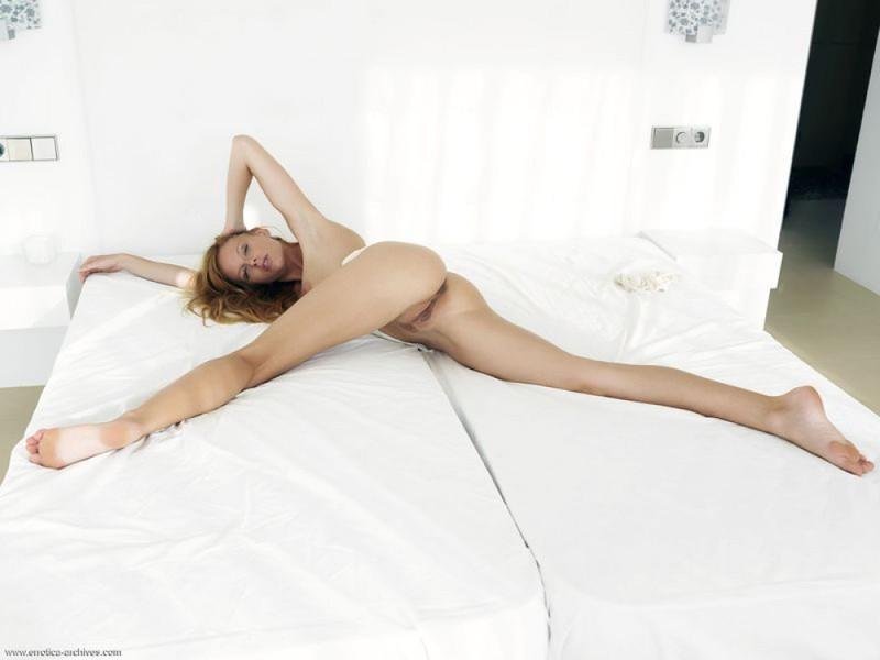 Роскошная бестия блистает сисяндрами на белоснежном кроватки