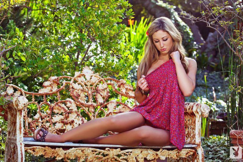 Горячая бейба проветривает роскошное тело в саду