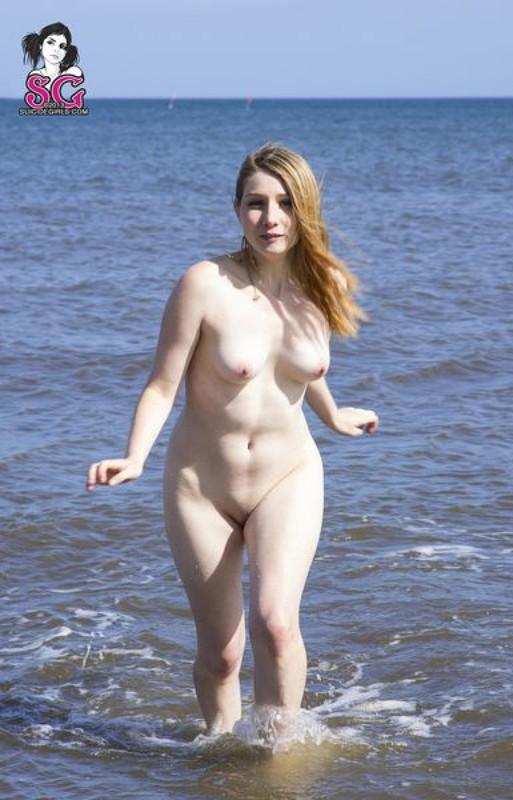 Миленькая развратница отдыхает на море