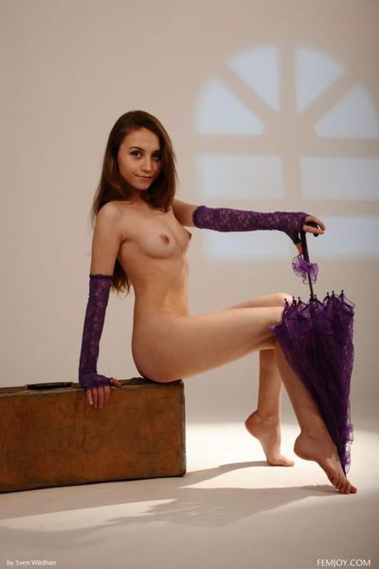 Молоденькая милашка с сиреневым зонтом демонстрирует себя на чемодане смотреть эротику