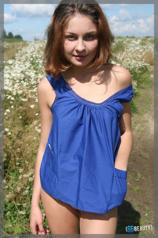 Юная сучка обнажилась на ромашковом поле