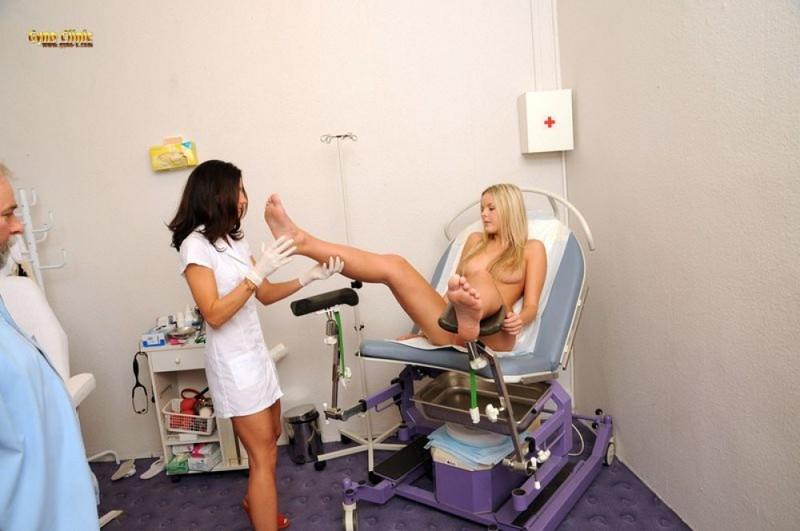 Медичка смотрит как доктор обследует пилотку обнаженной блондиночки