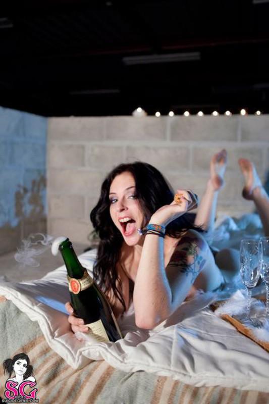 После шампанского чика оголилась на постели