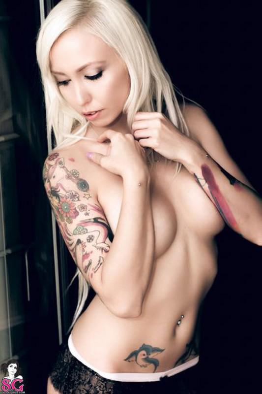 Блонда с татуировками развратничает в новом белье в апартаментах
