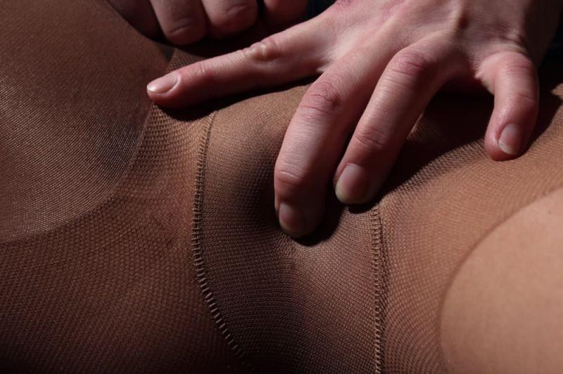 Тёлка в порванных колготках гладит писю сидя на диване