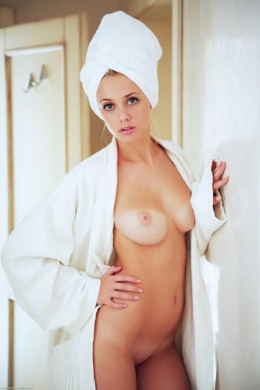 Выйдя из душе ухоженная принцесса начала эротично фотографироваться